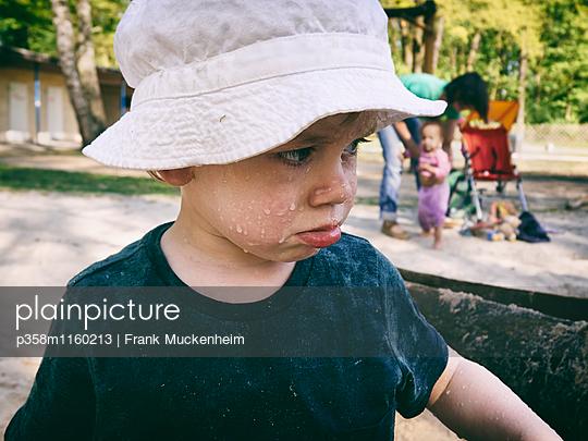 Junge mit traurigem Blick - p358m1160213 von Frank Muckenheim