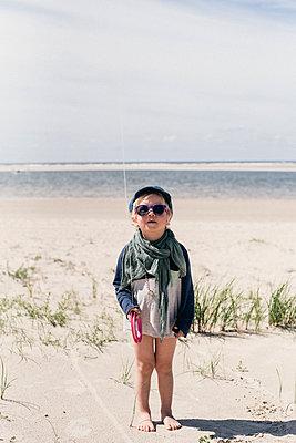 Little boy wearing sunglasses on beach - p1046m1467533 by Moritz Küstner