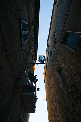Italy, Tuscany, Pienza, Alley, Houses - p300m949002 by Mandy Reschke
