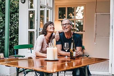 Reifes Paar entspannt auf der Terrasse - p586m1178628 von Kniel Synnatzschke