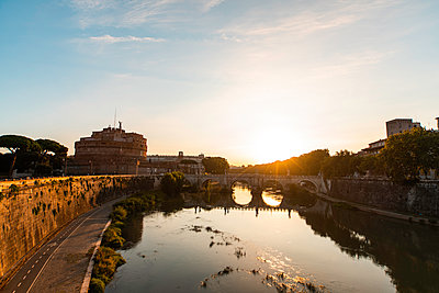 View of Ponte Sant'Angelo bridge and Castel Sant'Angelo during sunset, Rome - p623m2271902 by Pablo Camacho