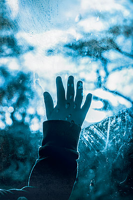 Little boys hand against a wet window - p1228m2045422 by Benjamin Harte