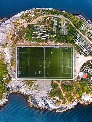 Fußballplatz in Norwegen - p1549m2125438 von Sam Green