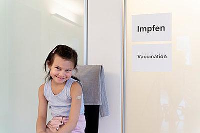 Kleines Mädchen im Wartezimmer, COVID-19 - p1625m2254575 von Dr. med.