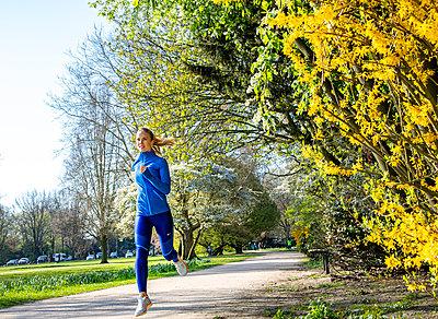 Jogging woman - p1678m2258876 by vey Fotoproduction