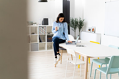 Brunette working in in the office - p300m2251888 von Giorgio Fochesato