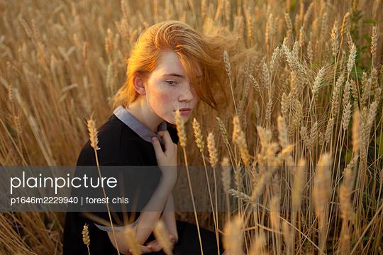 Junge Frau versteckt sich in einem Kornfeld - p1646m2229940 von Slava Chistyakov