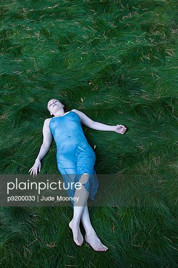 Im blauen Nachthemd - p9200033 von Jude Mooney