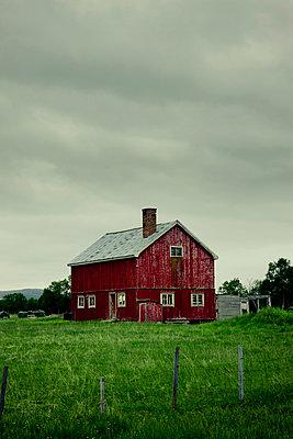 Altes Bauernhaus in Skandinavien - p248m817016 von BY