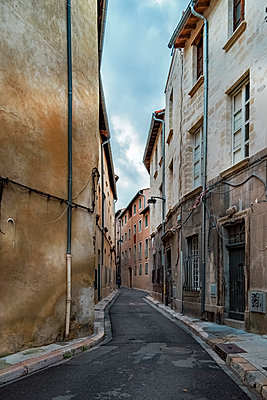 France, Avignon, Old town, Alley - p300m1120664f by Carmen Steiner