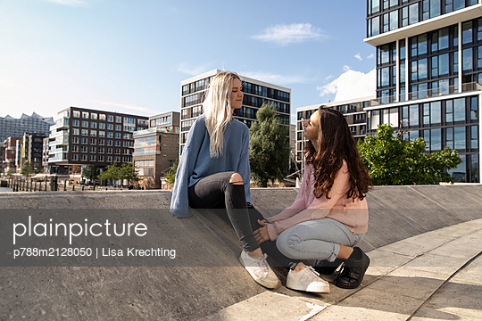Two young women together on rooftop - p788m2128050 by Lisa Krechting