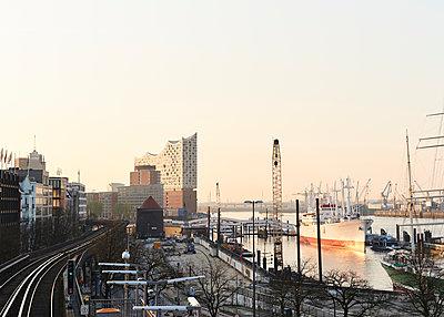An den Landungsbrücken in Hamburg - p1124m1149979 von Willing-Holtz