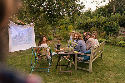 Friends in the allotment garden - p788m2037419 by Lisa Krechting