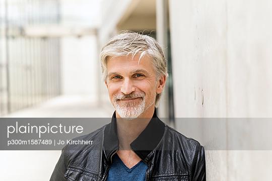 Portrait of a mature businessman - p300m1587489 von Jo Kirchherr