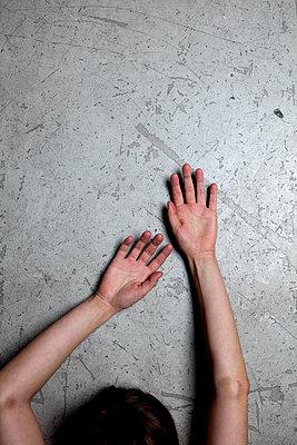 Arme auf Betonboden mit Kopfansatz - p1212m1092870 von harry + lidy