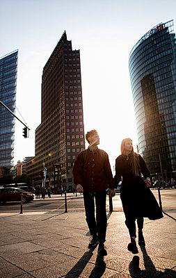 Junges Paar in der Metropole - p1212m1138859 von harry + lidy