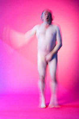 Naked man in front of a pink background - p590m2015839 by Philippe Dureuil