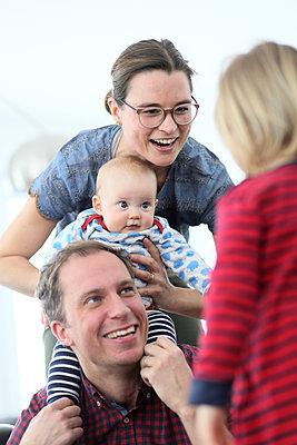 Eltern und zwei Kinder haben Spaß - p1258m1539295 von Peter Hamel