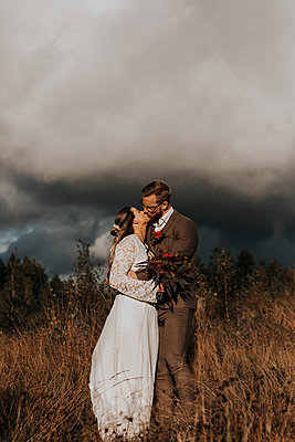 Bride and groom kissing - p312m2249436 by Jennifer Nilsson