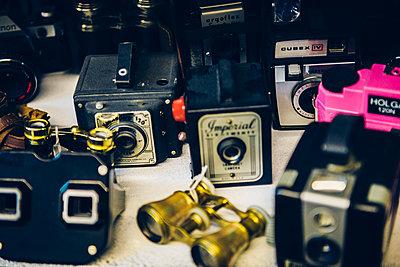 Alte Kameras etc. - p988m1440899 von Rachel Rebibo