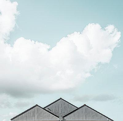3 symmetrisch angeordnete Hausgiebel vor Sommerhimmel - p1162m2115384 von Ralf Wilken