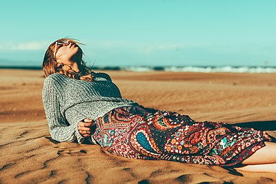 Young woman lying in desert landscape - p300m2004208 by Oriol Castelló Arroyo