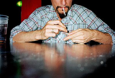 Mann zündet Zigarette an - p3880246 von Jet photography