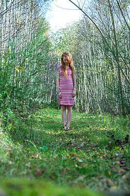 Rothaarige Frau im Birkenwald - p427m1538085 von R. Mohr