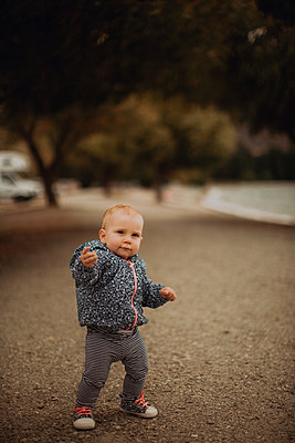 Baby walking on beach - p924m2098108 by Peter Amend