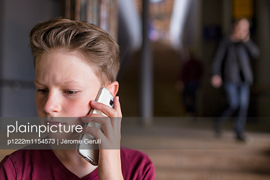 Kind mit Handy - p1222m1154573 von Jérome Gerull