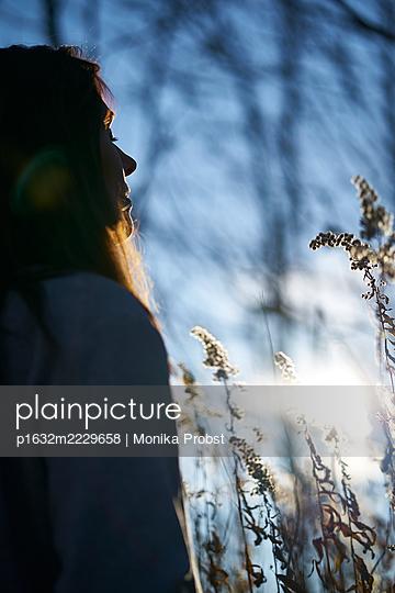 Frau in Wintersonne - p1632m2229658 von Monika Probst