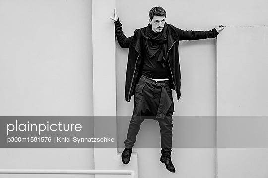 Fashionable man dressed in black - p300m1581576 von Kniel Synnatzschke