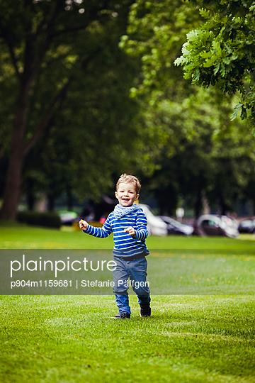 Kind im Park - p904m1159681 von Stefanie Neumann