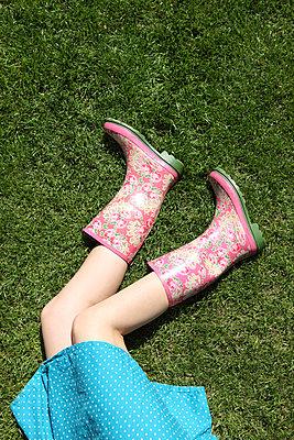 Relaxing in the garden - p045m912818 by Jasmin Sander