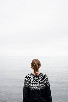 Frau im Nebel am Wasser - p1124m1491376 von Willing-Holtz