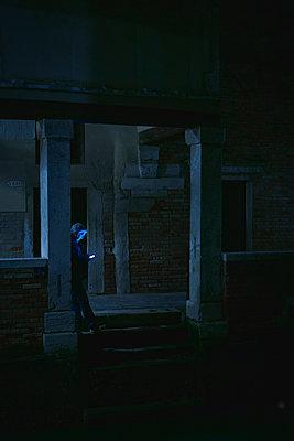 Mann im Dunkeln - p1312m2055006 von Axel Killian
