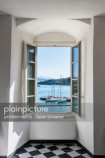 Blick aus einem Fenster auf Hafen, Porto Venere, Provinz La Spezia, Ligurien, Italien - p1316m1160710 von Daniel Schoenen