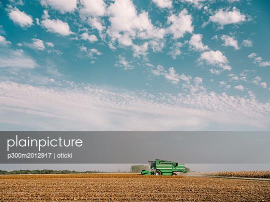 Serbia, Vojvodina, Combine harvester in soybean field - p300m2012917 von oticki
