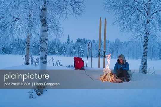 plainpicture - plainpicture p312m1570801 - Winter camping - plainpicture/Johner/Hans Berggren