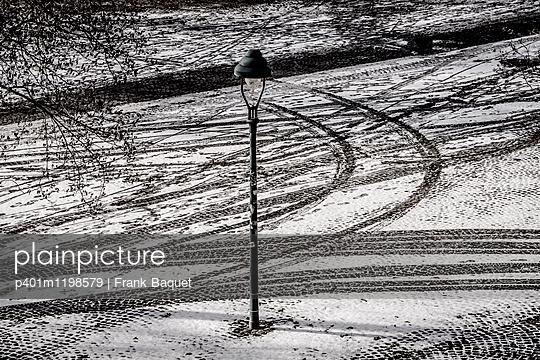 Laterne im Schnee - p401m1198579 von Frank Baquet