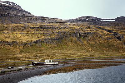 Schiffswrack an der isländischen Küste - p1338m2026645 von Birgit Kaulfuss