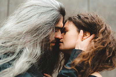 Couple kissing - p312m2139399 by Stina GrŠnfors