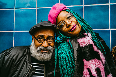 Portrait of senior man and mid adult woman wearing berets - p426m2279772 by Maskot
