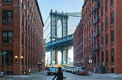 Manhattan Bridge and apartment buildings, New York, USA - p429m1095365f by Henglein and Steets
