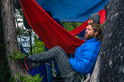 Friends with hammock, relaxing, Squamish, Canada - p924m2003847 by Alex Eggermont