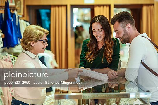 Couple shopping for children's clothes in a boutique - p300m2012650 von Javier Sánchez Mingorance