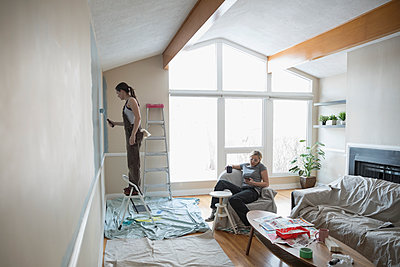 Lesbian couple painting living room, DIY - p1192m1560033 by Hero Images