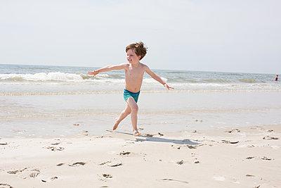 Kleiner Junge am Meer - p1308m2057153 von felice douglas