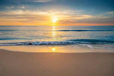 USA, Florida, Boca Raton, Sun rising above sea - p1427m2283086 by Tom Grill