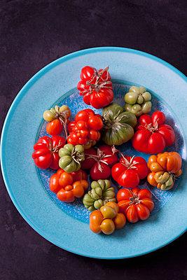 Cherry tomatoes 'Voyage' on light blue plate - p300m2078992 by Dieter Heinemann
